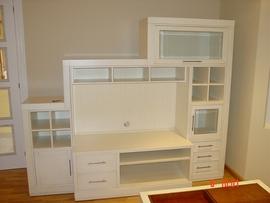 Mueble de salón realizado en madera de cerezo lacado en blanco roto y filos en natural