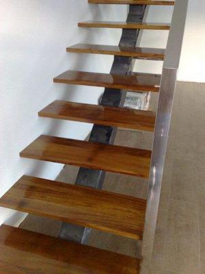Peldaños de madera de Iroco para lucir una bonita escalera de hierro.