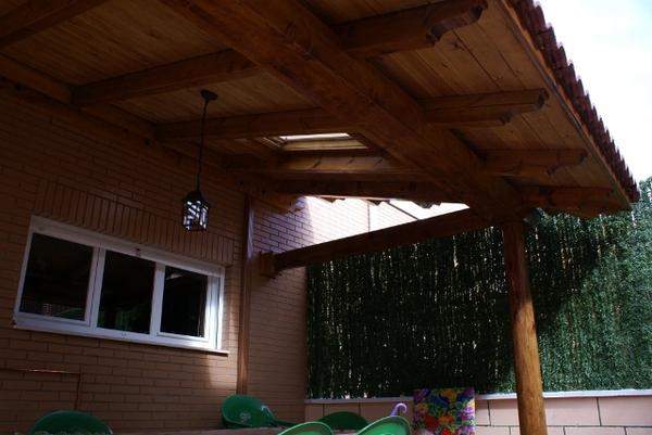 Porche realizado en pino norte con tratamiento de exteriores en color teka