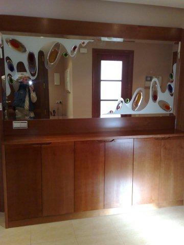 Entrada fabricada en rechapado de cerezo con un espectacular espejo para darle colorido y amplitud.