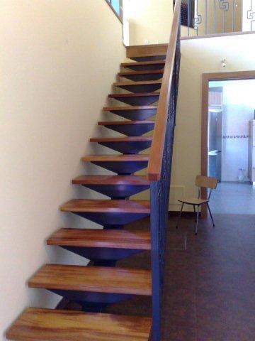 Otro ejemplo de una escalera que hace su función con una perfecta armonia con la decoración de su domicilio.